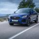 Äußerlich erkennbar ist der geliftete Jaguar E-Pace an einem geänderten Stoßfänger mit neuem Lufteinlass, LED-Scheinwerfern und einem modifizierten Kühlergrill