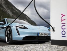 Nach einem ersten Update des Taycan bereitet Porsche für 2021 den Launch des Taycan Cross Turismo vor